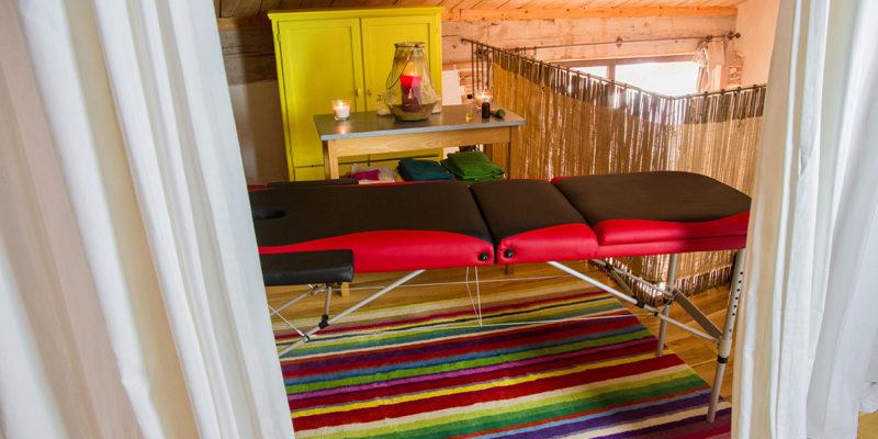 Table de massage dans le Gîte des Crocodiles Jaunes, centre de Jeûne et de Randonnées dans le sud ouest